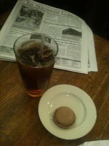 Day14- 下班後來到Politics & Prose書店,點一份 Iced Tea + Macaron.好吃~